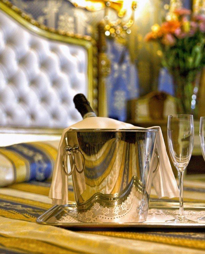 hotel noemi camera oro e blu vista vassoio con bicchieri e bottiglia champagne