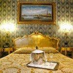 hotel noemi camera oro e blu vista letto frontale 2