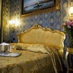 hotel noemi camera oro e blu vista letto con bicchieri champagne
