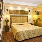 hotel noemi camera oro e bianco vista letto 2